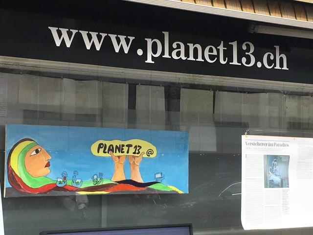 Blick auf das Schaufenster des Internetcafés «Planet 13»