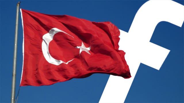 Eine türkische Flagge weht vor dem Facebook-Logo