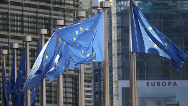 Europa-Fahnen vor dem EU-Hauptquartier in Brüssel