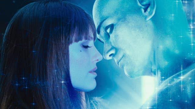 Eine Frau und ein Mann küssen sich. Der Mann leichtet hell.