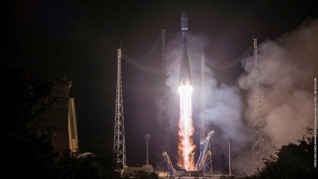 Start einer Weltraumrakete mit Flammen und Rauch in der Nacht.