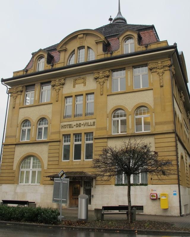 Vierstöckiges historisches Gebäude mit Türmchen