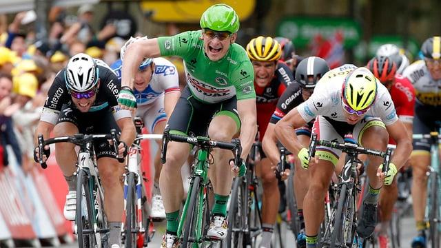 Andre Greipel gudogna il sprint avant Peter Sagan e Mark Clavendish.