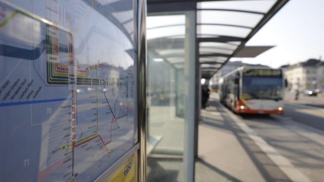 Bushaltestelle BSU mit Linienplan.