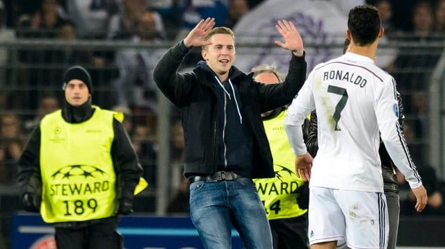 Zuschauer stürmt auf Cristiano Ronaldo zu.