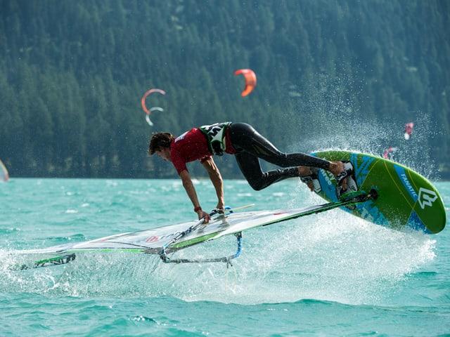 Windsurfer springt aus dem Silvaplanersee für einen Freestylemove
