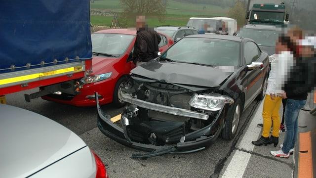 Beschädigte Autos auf der Autobahn.