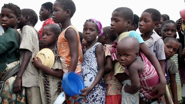 Mosambik: Kinder stehen an, um etwas zu essen zu kriegen