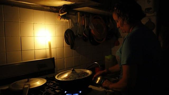 Frau kommt während Stromausfall