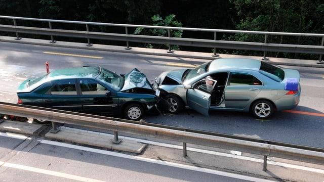 Frontalkollision von zwei Autos in Biberbrugg