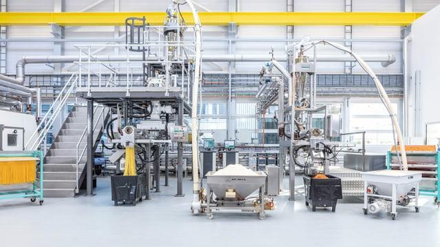 Eine riesige Anlage einer Teigwarenmaschine steht in einem Labor.