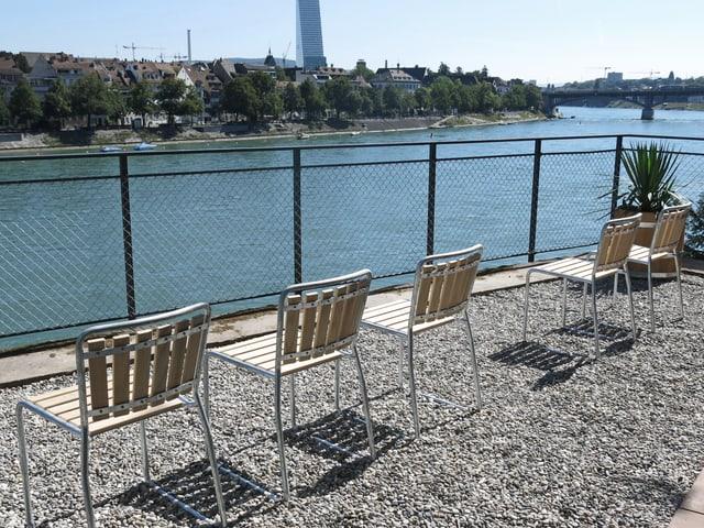 Stühle mit Sicht auf den Rhein