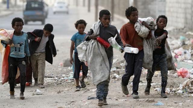 Kinder sammeln Plastikflasche in Sanaa.