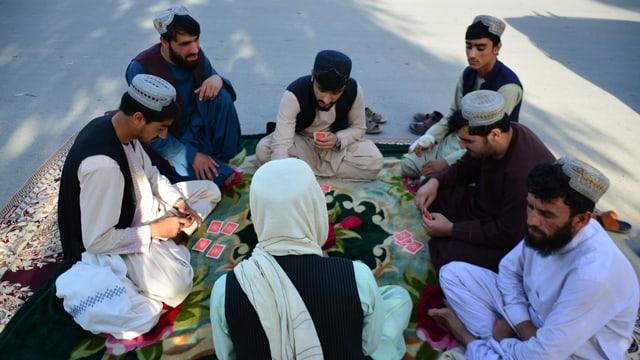 Mohammed Nassim, ein Händler der Stadt, trifft sich in Kandahar mit anderen Männern.