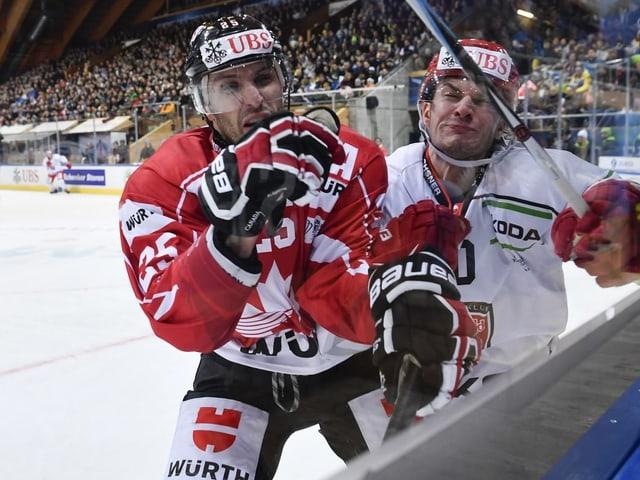 Maxim Lapierre (l.) will es mit dem Team Canada krachen lassen.
