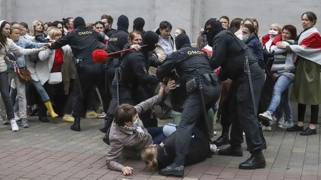 Polizisten im Gerangel mit Demonstrantinnen