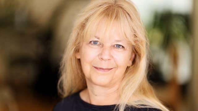 Porträtbild von Elisabeth Zurgilgen mit langen blonden Haaren.