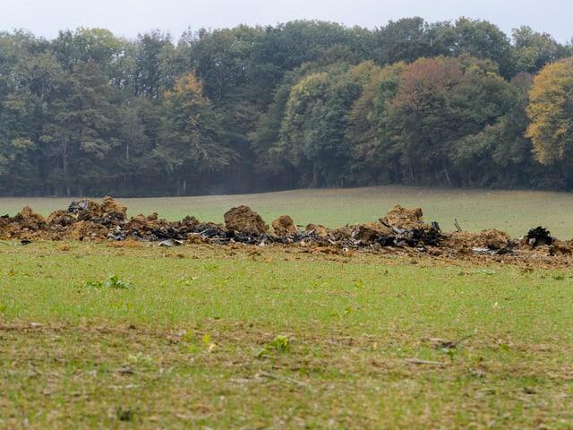 Trümmerfeld auf einer Wiese.