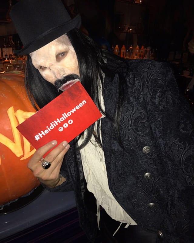 Reto Hanselmann, verkleidet als Graf Dracula, zeigt die Einladung von Heidi Klum an die Halloween-Party