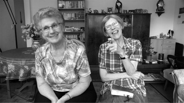 zwei Frauen schauen in die Kamera, in einer schwarz-weiss Aufnahme