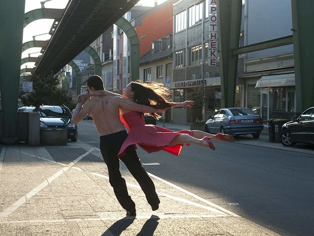 Ein tanzendes Paar auf einer Strasse