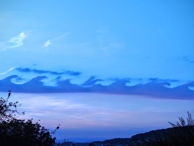 Wolken in Wellenform am Abendhimmel