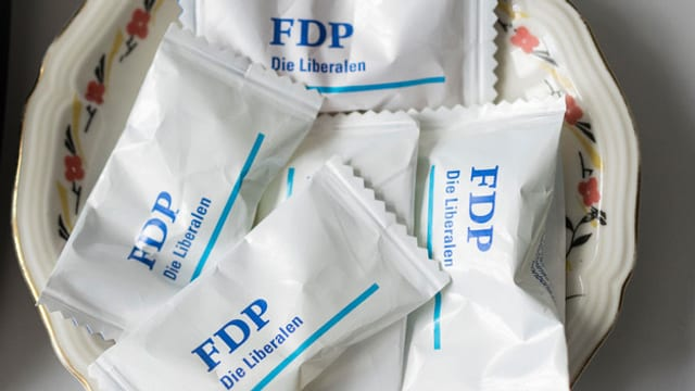 """Bonbons mit der Aufschrift """"FDP""""."""