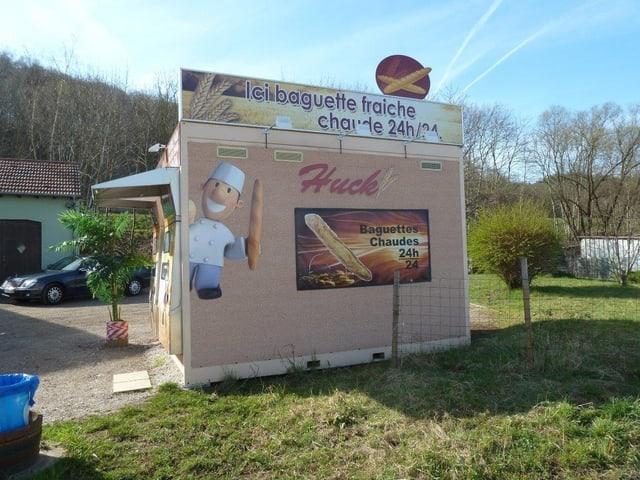 Ein Baguette-Automat am Strassenrand