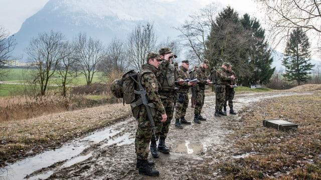 Schweizer Soldaten auf einer Landstrasse.