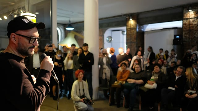Kirill Serebrennikow eröffnet die Ausstellung zum Werk von Pasmur Ratschujko.