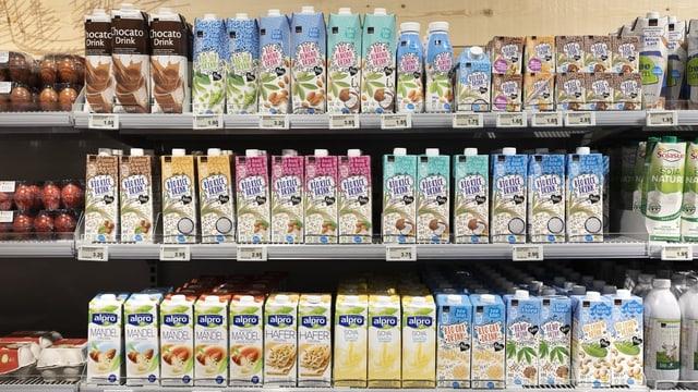 Ein Regal voller Milchersatzprodukte