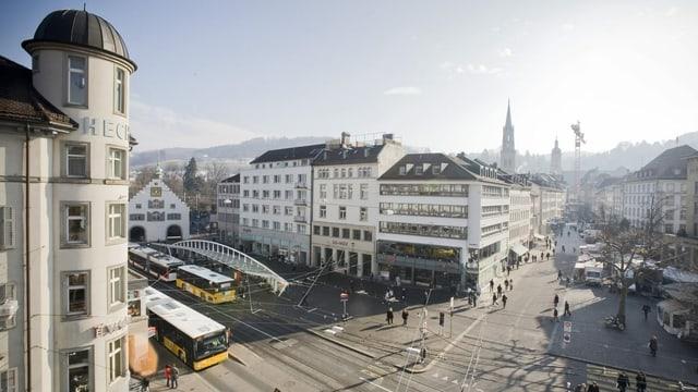 Blick über den Marktplatz mit der Bushaltestelle Marktplatz-Bohl des Architekten Santiago Calatrava in St. Gallen.