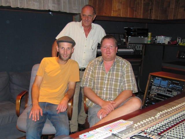 Die drei Macher im Powerplaystudio posieren neben dem Hauptmischpult