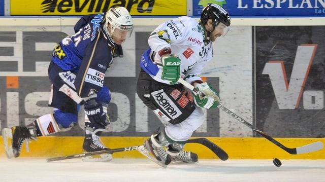Regis Fuchs (links, HC La Chaux-de-Fonds) im Zweikampf mit Remo Hirt (EHC Olten).