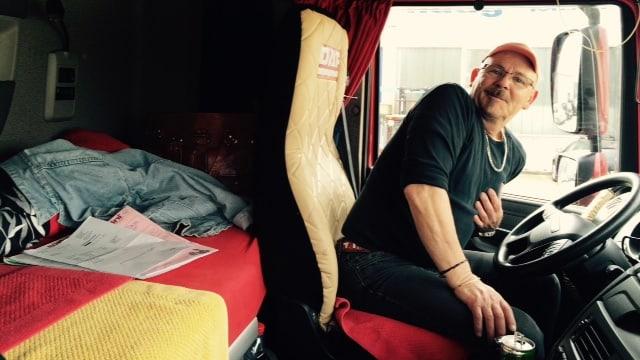 Ruedi in der Kabine mit Sitz und Bett.