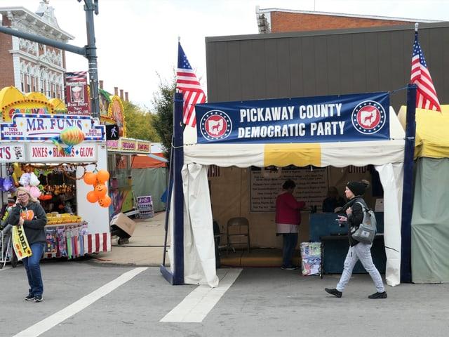 Ein Zelt-Stand am Strassenrand mit US-Flaggen.