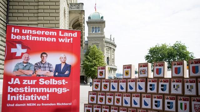 Schachteln mit den Unterschriftenbögen vor dem Bundeshaus.