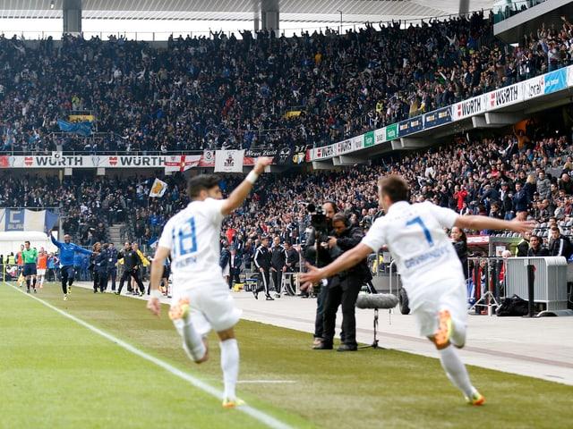 Auf dem Rasen und den Rängen jubeln die Zürcher nach dem 1:0 im Cupfinal gegen Basel durch Mario Gavranovic (r.).