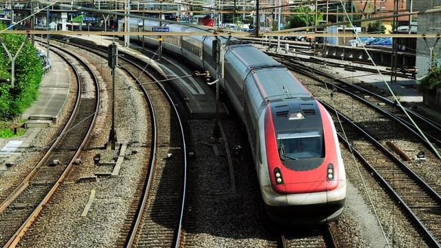 Ausfahrt einer S-Bahn aus dem Bahnhof Effretikon