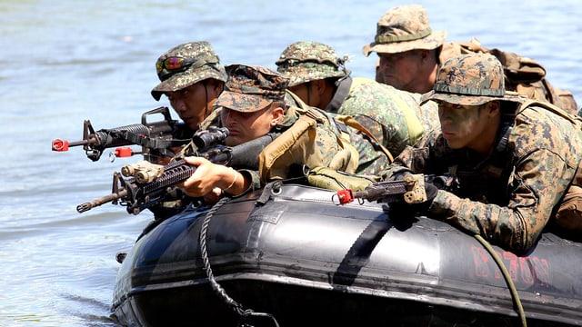 Soldaten auf einem Schlauchboot liegend.