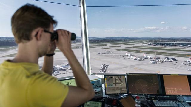 Blick aus dem Tower aufs Zürcher Flughafengelände, links ein Fluglotse mit Feldstecher