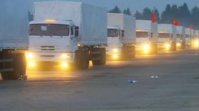 Der russische Konvoi bestehend aus Lastwagen mit eingeschaltetem Licht