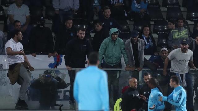 Patrice Evra wird von Teamkollegen zurückgehalten.
