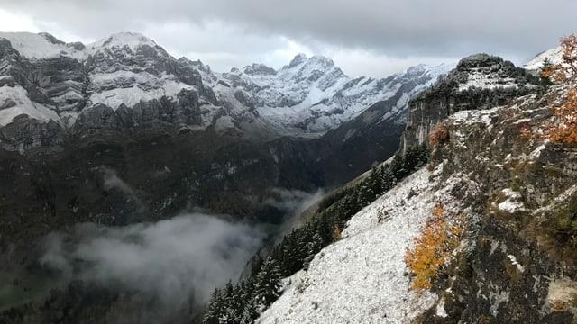 Etwas Schnee auf den Felsen des Alpsteins. Unterhalb von 1600 Metern ist es noch grün.