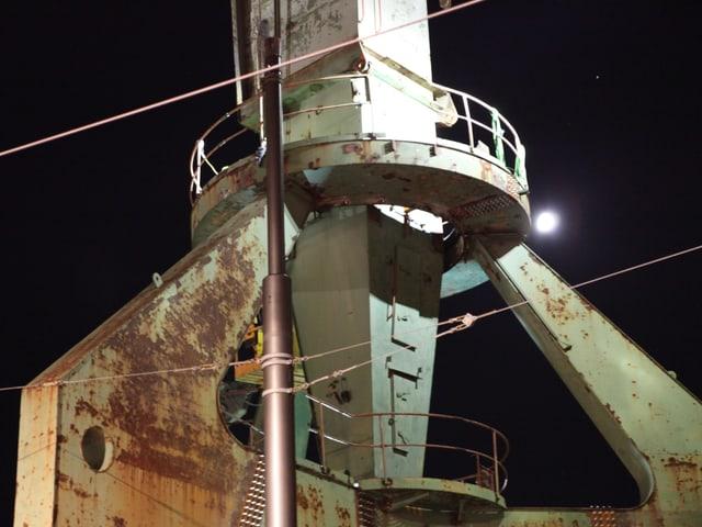 Bauarbeiten des Hafenkrans in der Nacht.