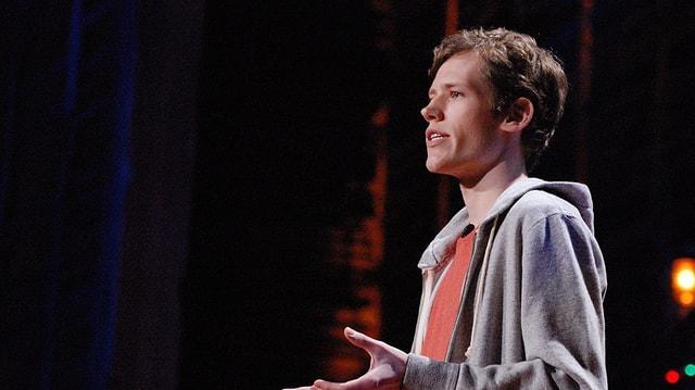 Ein junger Mann bei einer Präsentation.