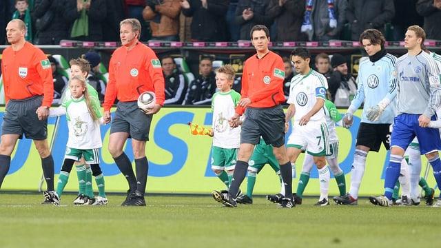 Marwin Hitz läuft bei seinem Bundesliga-Debüt im Dress des VfL Wolfburgs aufs Feld.