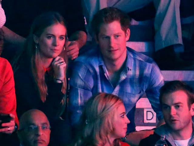 Prinz Harry sitzt neben seiner Freundin Cressida auf einer Tribüne