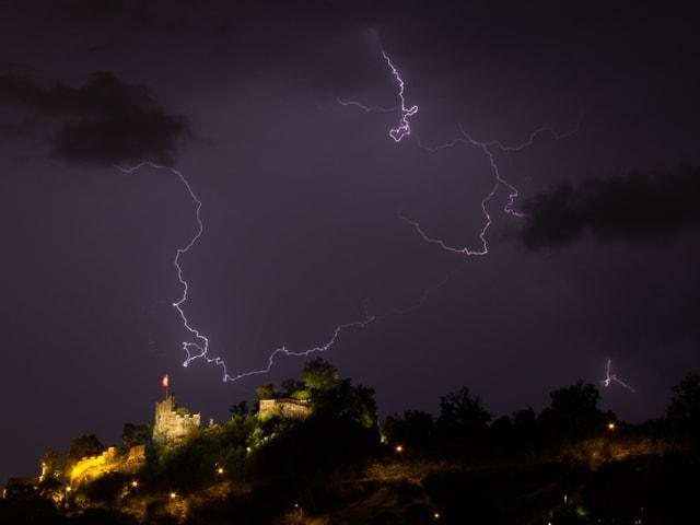 Gleich vier Blitze gingen zur selben Zeit um die Burgruine nieder.