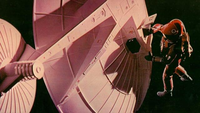 Ein Astronaut repariert schwerelos im All ein Raumschiff.